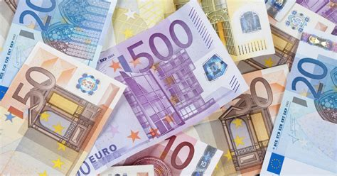 Euro banknotes will remain paper, not plastic